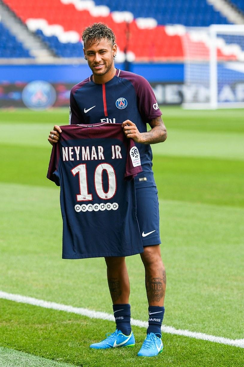 Neymar jest już w PSG, ale grać jeszcze nie może. /AFP