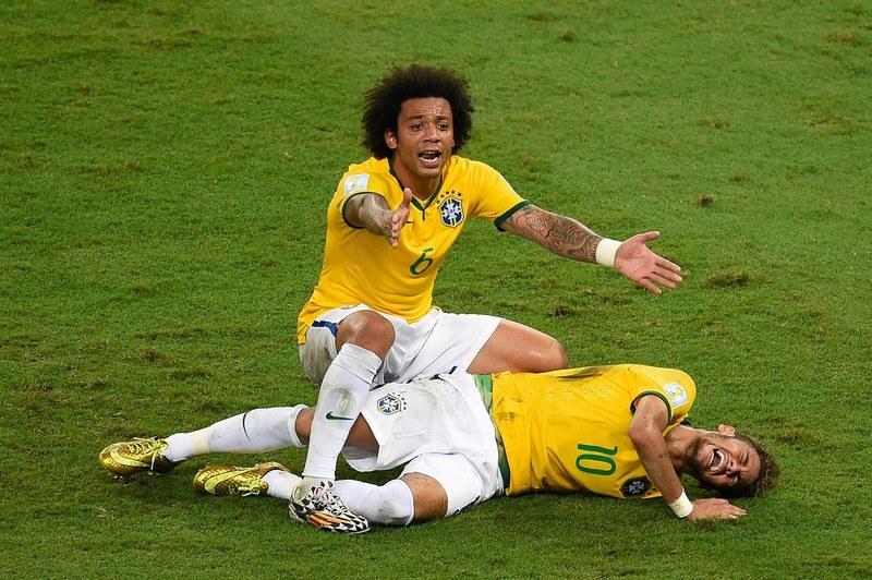 Neymar (numer 10) leży na murawie. Obok niego Marcelo /AFP