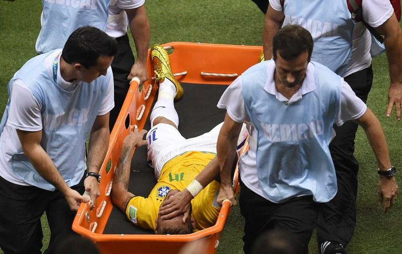 Neymar opuścił boisko na noszach /AFP