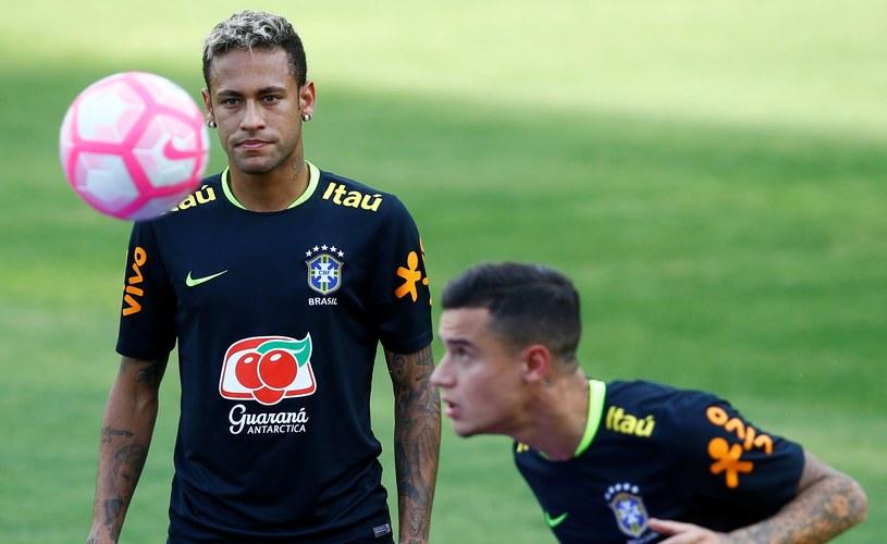 Neymar patrzy się na Philippe Coutinho. Na razie ten drugi jeszcze nie zastąpił go w Barcelonie /Getty Images