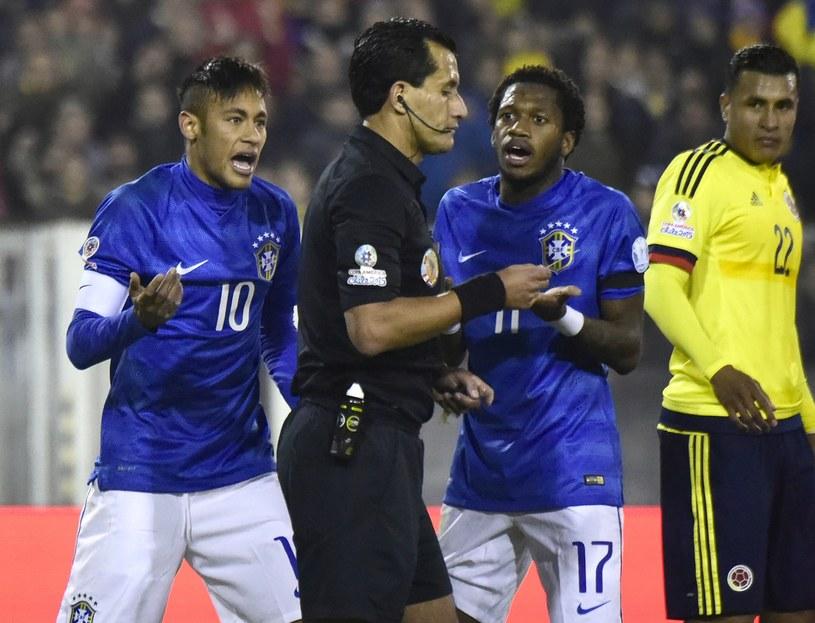 Neymar (pierwszy z lewej) ma pretensje do sędziów (na pierwszym planie Enrique Osses) /AFP