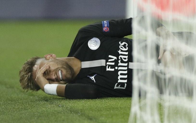 Neymar po tym, jak kopnął go Edinson Cavani /AFP