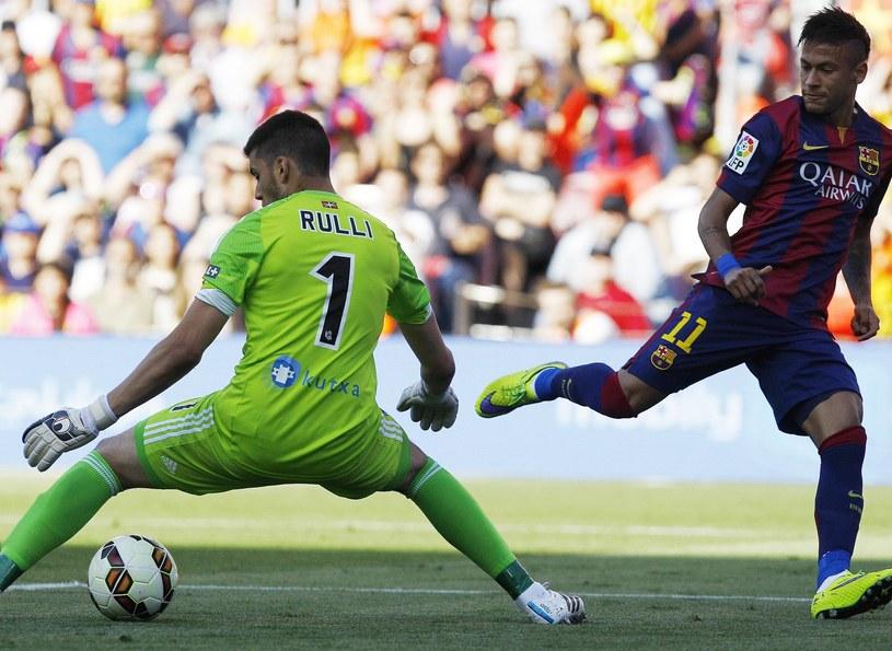 Neymar strzela na bramkę Gerónimo Rullego z Realu Sociedad /AFP