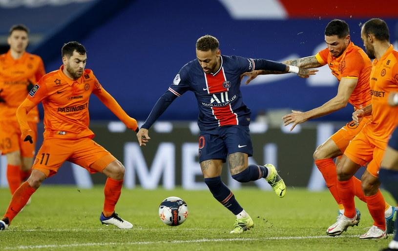 Neymar w otoczeniu piłkarzy Montpellier /IAN LANGSDON /PAP/EPA