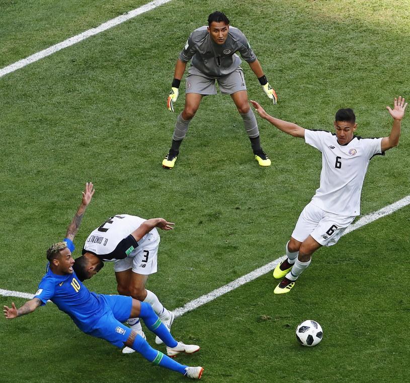Neymar w próbie wymuszenia rzutu karnego /PAP/EPA