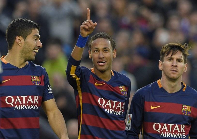 Neymar (w środku) w otoczeniu gwiazd Barelony /AFP