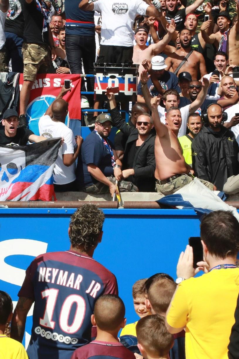 Neymar wita się z kibicami /AFP