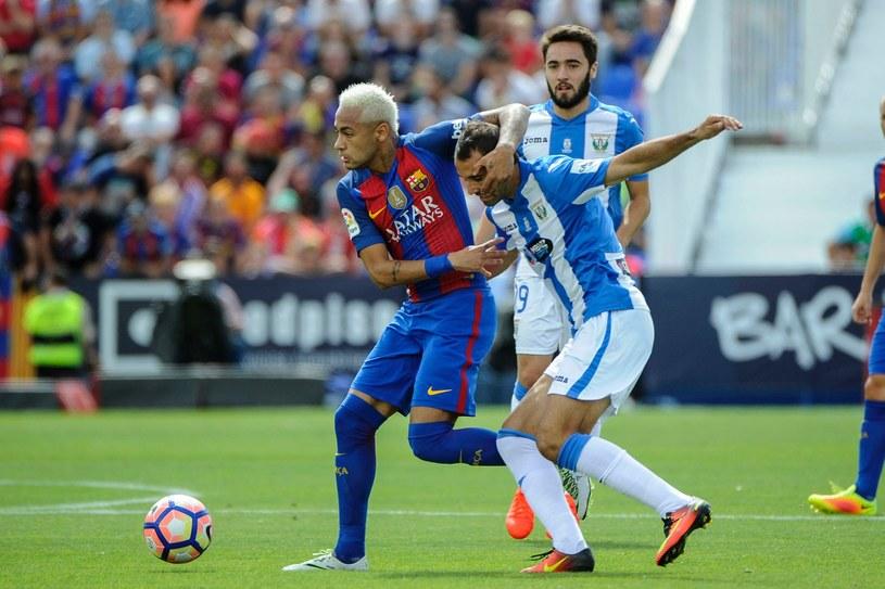 Neymar (z lewej) kontra Victor Diaz /AFP