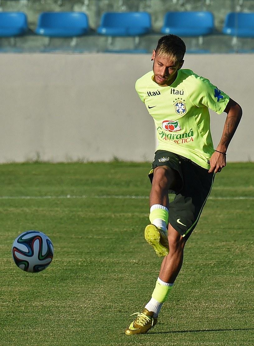 Neymar zajmuje się nie tylko strzelaniem bramek dla Brazylii, ale też obroną ojca. /AFP