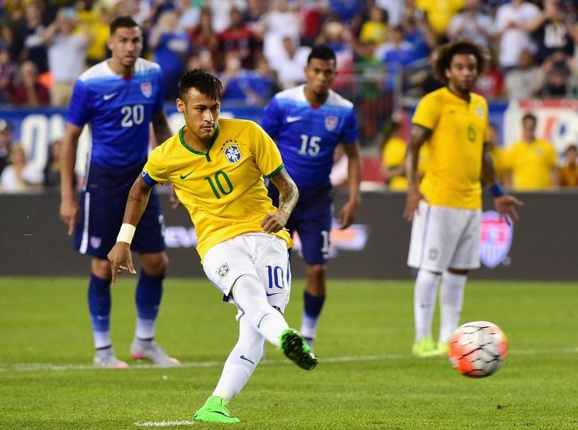 Neymar zdobywa bramkę z rzutu karnego /AFP