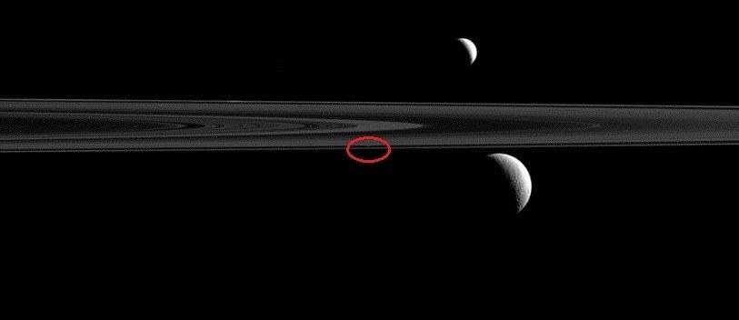 Niby kropka, a jednak księżyc Niby kropka, a jednak księżyc /NASA
