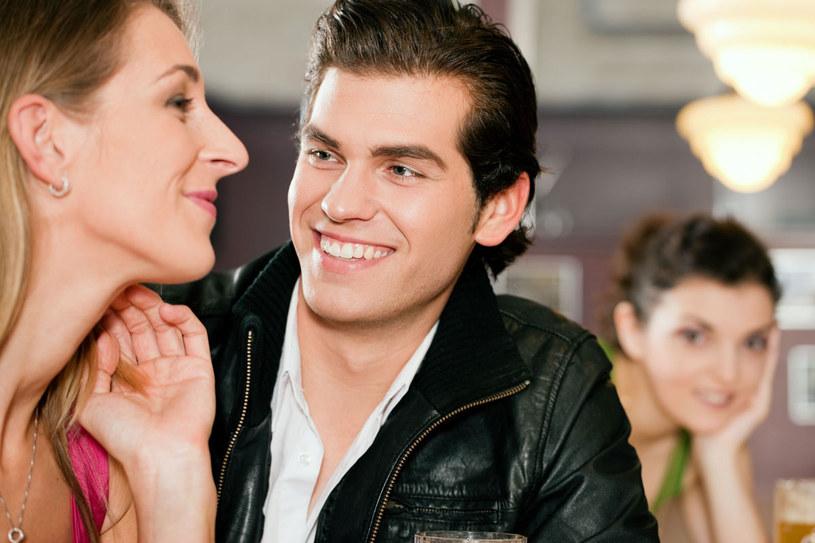 Nic bardziej seksownego, niż kiedy macho, groźny jak wściekły rottweiler, dla niej jednej okazuje się ciepłym, uroczym i szarmanckim mężczyzną /123RF/PICSEL