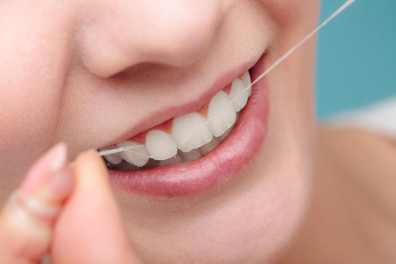 Nić dentystyczna powinna na dobre zagościć w twojej kosmetyczce /123RF/PICSEL
