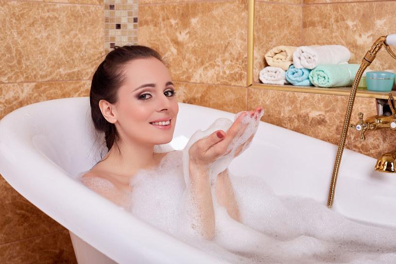 Nic tak nie rozgrzewa jak gorąca kąpiel. Dodatek imbiru tylko podkręci temperaturę! /123RF/PICSEL