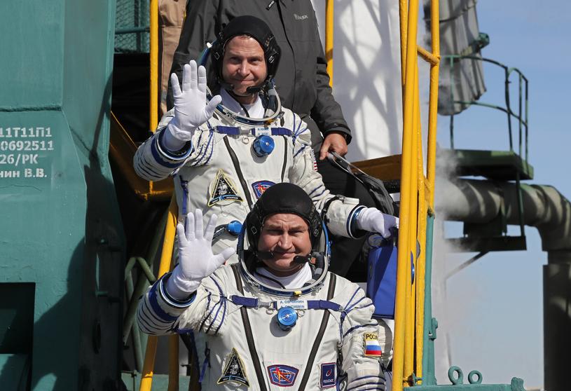 Nick Hague (wyżej) i Aleksiej Owczynin przed wylotem /AFP