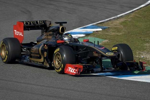 Nick Heidfeld w bolidzie Lotusie-Renault na torze w Jerez /AFP