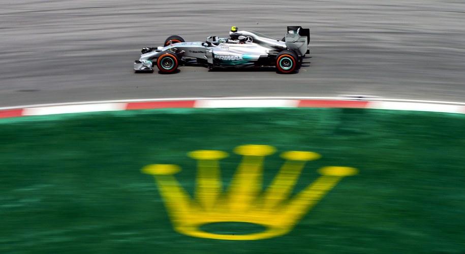 Nico Rosberg w czasie treningu na torze Sepang /SRDJAN SUKI /PAP/EPA