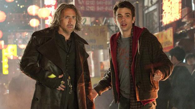 """Nicolas Cage i Jay Baruchel w scenie z filmu """"Uczeń czarnoksiężnika"""" /materiały dystrybutora"""