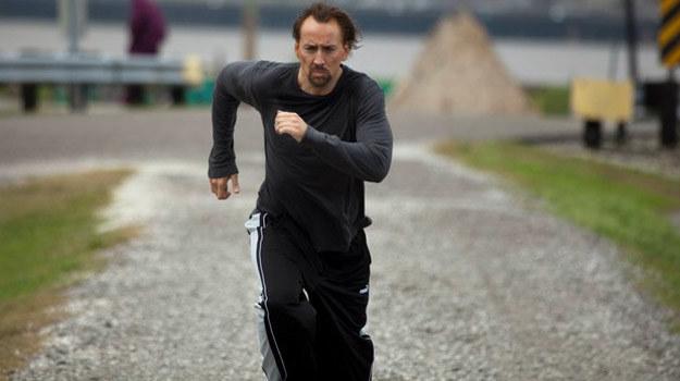 """Nicolas Cage w scenie ze swojego najnowszego filmu, thrillera """"Bóg zemsty"""" /materiały dystrybutora"""