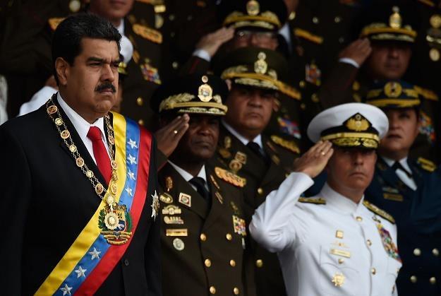 Nicolas Maduro (L), prezydent Wenezueli, w otoczeniu wojskowych /AFP