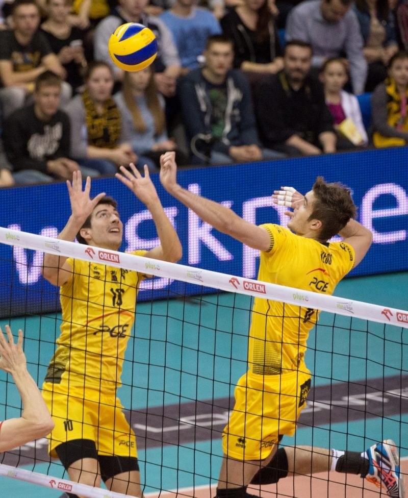 Nicolas Uriarte (L) wystawia piłkę atakującemu partnerowi z miejscowej PGE Skry Karolowi Kłosowi /Grzegorz Michałowski   (PAP) /PAP