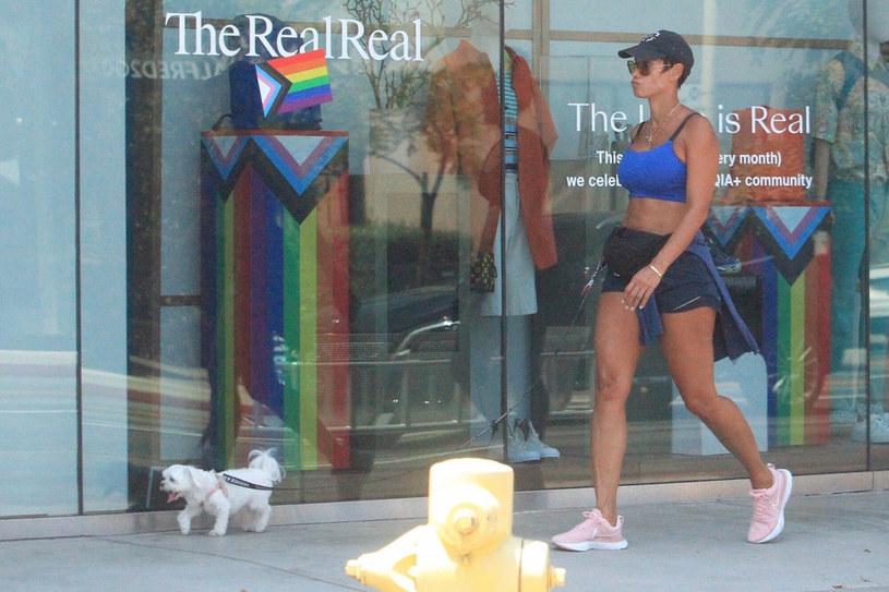 Nicole Murphy na spacerze z psem /BACKGRID /East News