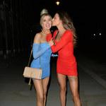 Nicole O'Brien i Chloe Veitch w kolorowych sukienkach
