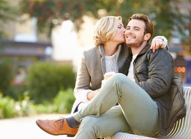 Wodnik mężczyzna umawiający się z kobietą z panny faza gadania randek