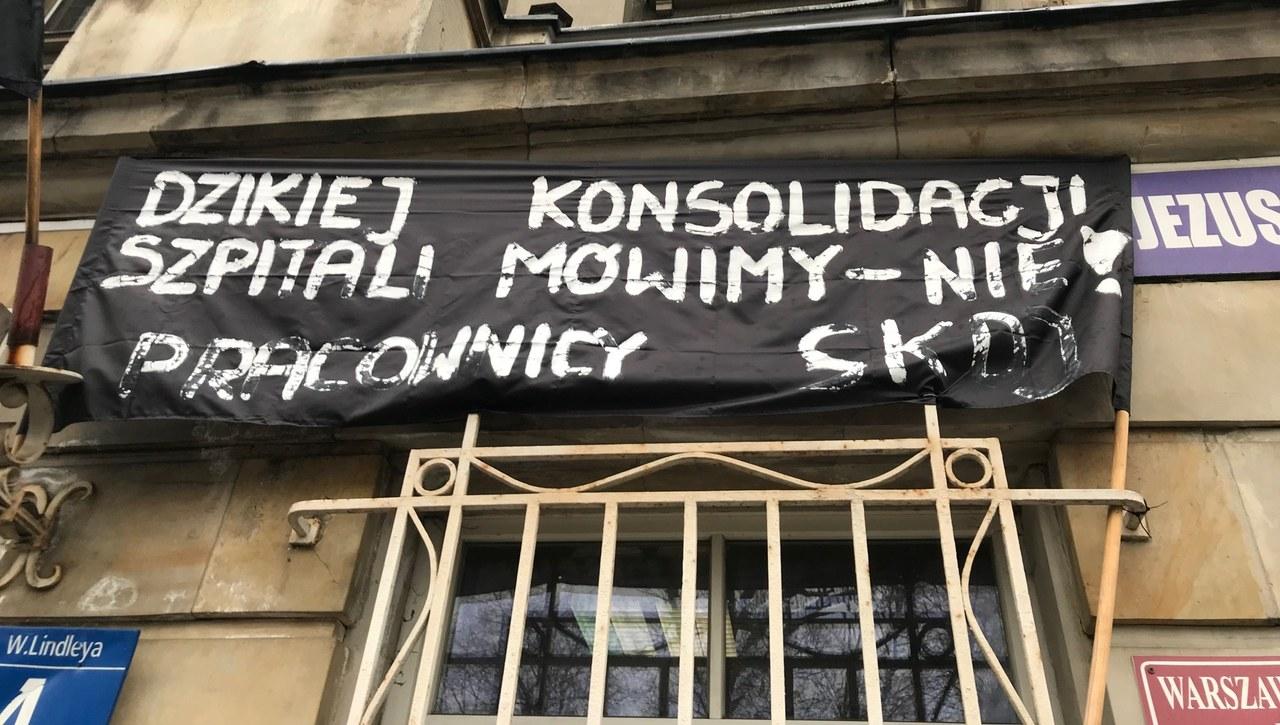 Nie chcą połączenia placówek. Protest pracowników szpitala Dzieciątka Jezus w Warszawie