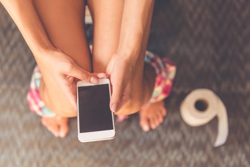 Nie chcesz, aby twój telefon stał się siedliskiem bakterii? Nie zabieraj go do toalety /materiały promocyjne