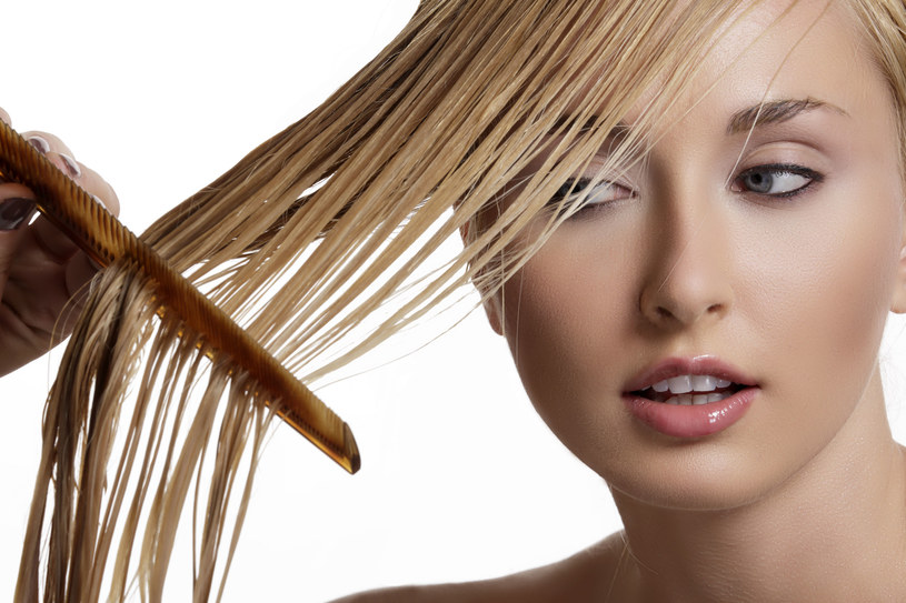 Nie czesz włosów w ten sposób, bo je stracisz /123RF/PICSEL