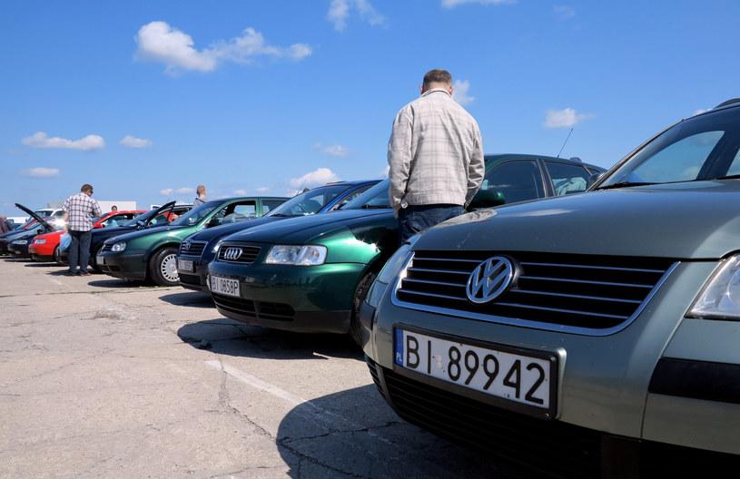 Nie da się ukryć, że przeciętne auto w Polsce to pojazd kilkunastoletni /Leon Stankiewicz /Reporter