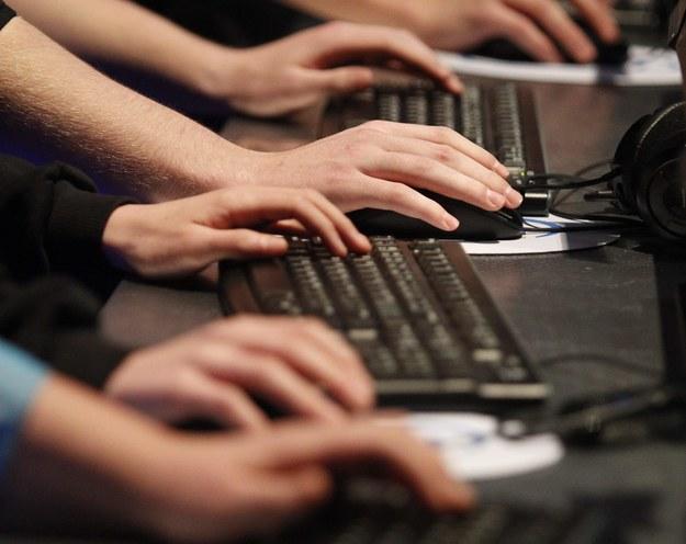 Nie daj się oszukać internetowym naciągaczom