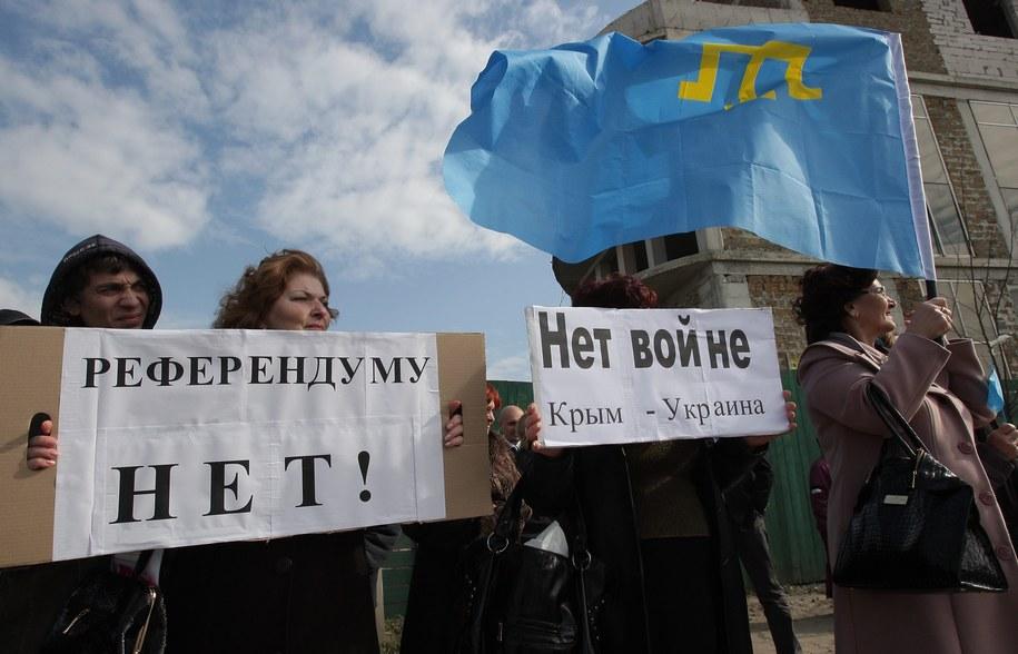"""""""NIE dla referendum"""" i """"NIE dla wojny. Krym - Ukraina"""". Akcja mieszkańców Symferopola na Krymie /ARTUR SHVARTS /PAP/EPA"""