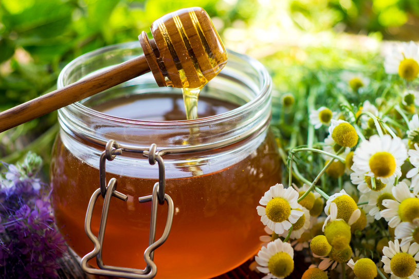 Nie dodawaj miodu do gorącej herbaty. W wysokiej temperaturze traci wszystkie cenne wartości /123RF/PICSEL