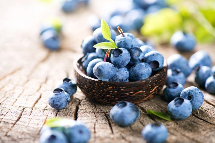 Nie jedz jagód prosto z krzaka. Umyj je, np. na sicie pod bieżącą wodą, bo zarazisz się bąblowicą /123RF/PICSEL