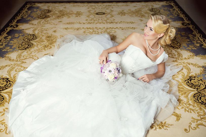 Nie każda panna młoda marzy o tradycyjnej sukni ślubnej /123RF/PICSEL