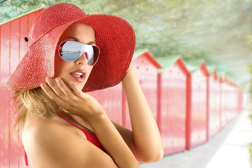 Nie każda z nas ma dwadzieścia lat i figurę modelki, ale każda może pięknie wyglądać na plaży /123RF/PICSEL