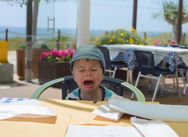 Nie każde dziecko dobrze znosi pobyt w restauracji /123RF/PICSEL