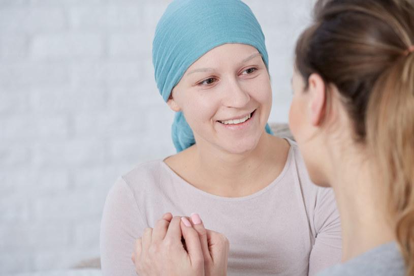 Nie każdy lubi opowiadać o swojej chorobie, ale może w towarzystwie osób, które przeszły to samo, otworzy się i będzie mu lżej /123RF/PICSEL