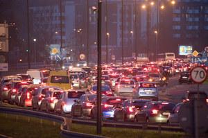 Nie komunikacja zbiorowa ani rowery. Miasta muszą szykować drogi dla aut!