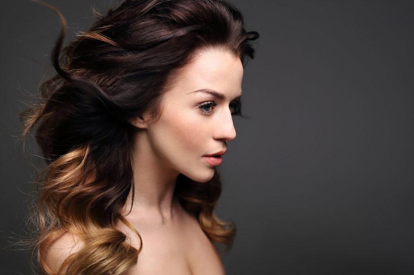 Nie lubisz swoich włosów pozbawionych objętości? Są na nie sposoby /123RF/PICSEL