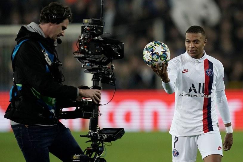 Nie ma meczów, więc telewizje nie chcą płacić. Operator kamery celuje w Kyliana Mbappe z PSG /AFP