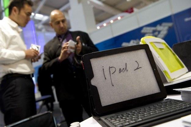 Nie ma się co oszukiwać, jeden mały (smukły?) iPad 2 przyciągnął większą uwagę niż cały CeBIT /AFP