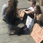 """""""Nie ma wakacji od zmian klimatu"""". Protest trójki nastolatków"""
