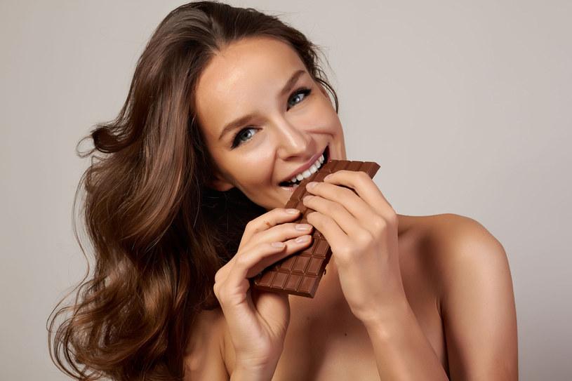 Nie masz energii i jesteś wiecznie poirytowana? Sięgnij po gorzką czekoladę! /123RF/PICSEL