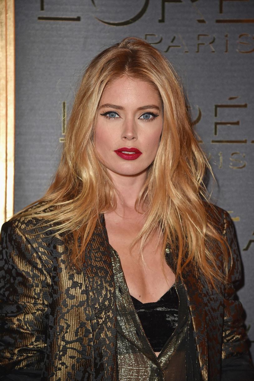Nie masz pomysłu na makijaż? Czerwone usta i kreska zawsze się sprawdzą! Jak Doutzen Kroes (31) postaw na klasykę /Getty Images