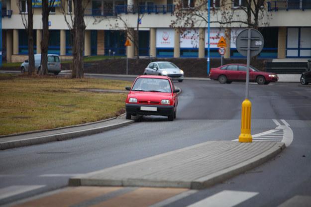 Nie można parkować w odległości mniejszej niż 15 m od punktów krańcowych wysepki, jeśli z jej prawej strony jezdnia ma tylko jeden pas (tak jak na zdjęciu). /Motor