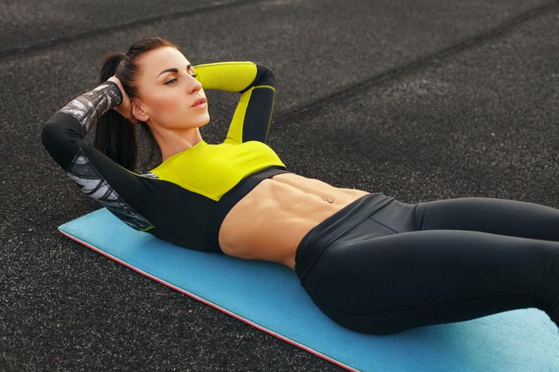 Nie musisz codziennie odwiadzać klubu fitness - dbaj o aktywność w domu /123RF/PICSEL