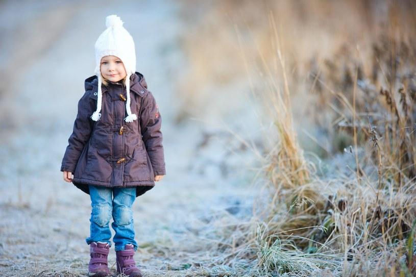 """Nie musisz ubierać dziecka na """"cebulkę"""" - przegrzanie może mieć gorsze skutki niż delikatne wychłodzenie /123RF/PICSEL"""